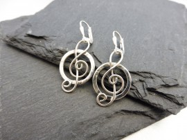 """Ciklus"" -  violinkulcs ezüst fülbevaló - Mithrillion Elegancia"